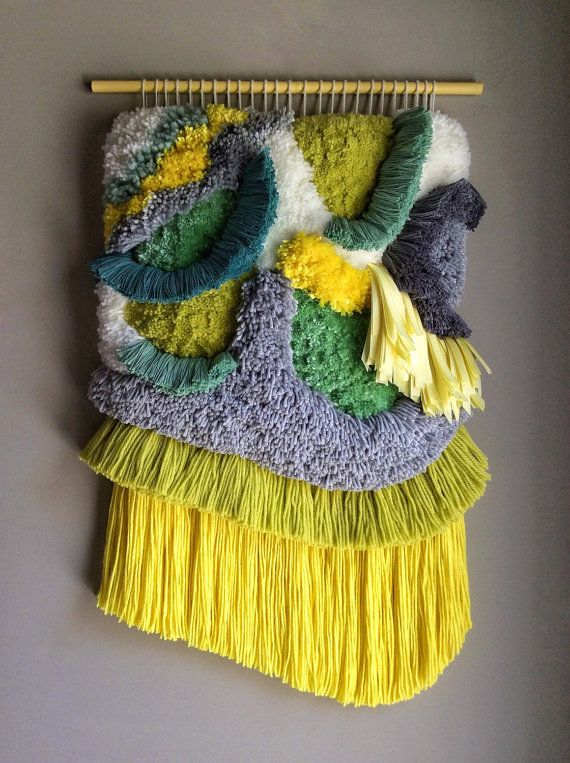 HECHO A LA MEDIDA  Esto es un artículo de la orden, por favor espere aproximadamente 9-10 semanas para su orden ser producidos, envasados y preparados para el envío. Este es uno de la misma clase, y todo el mundo es especial y único, por lo que ocurrirán algunas diferencias, pero voy a hacer tan deliciosa como esta!!   Este colorido tapiz fue delicadamente tejidas con un montón de algodón, seda y lanas hilos y algunas cintas de raso a mano. Lo hace en casa libre de humo. Palo de madera…