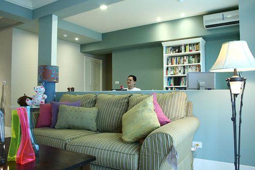 沙發的背面是 家庭工作區