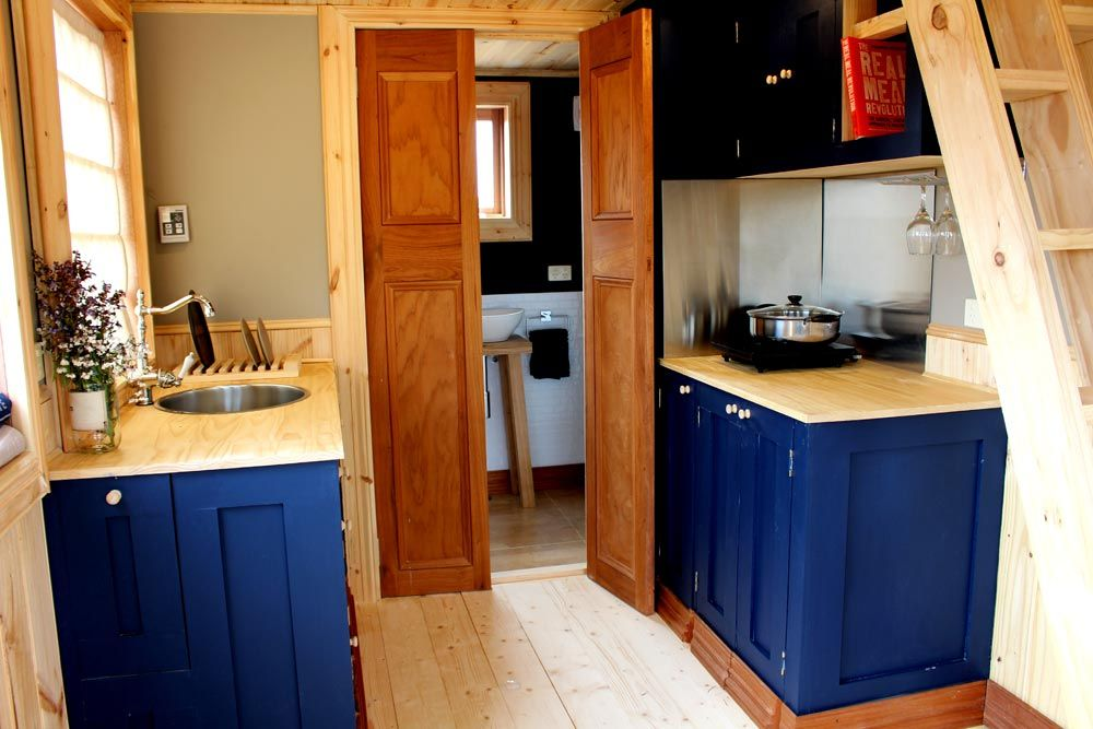Colonial Blue by Wagonhaus Tiny living, Small kitchen
