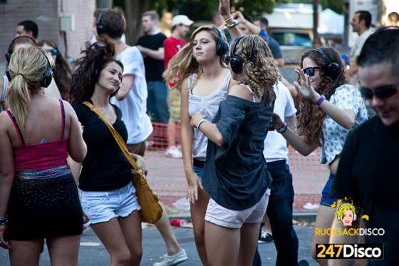 Silent Disco Party Leise disco rucksack disco mieten www.247disco.de /Telefon 015739275975. Junggesellenabschied – Die Disco auf dem Rücken Es gibt die schönsten Locations, mit den aufregendsten Drinks und dem genialsten Publikum. Doch oft macht es einfach nicht so richtig Spaß, wenn die Musik nicht passt. Insbesondere bei einem Junggesellenabschied kann es dazu viel lustiger sein, wenn die Musik bei der Kneipentour auch auf de... #bebidas balada #Disco #Leise #miet #Party #rucksack #Silent