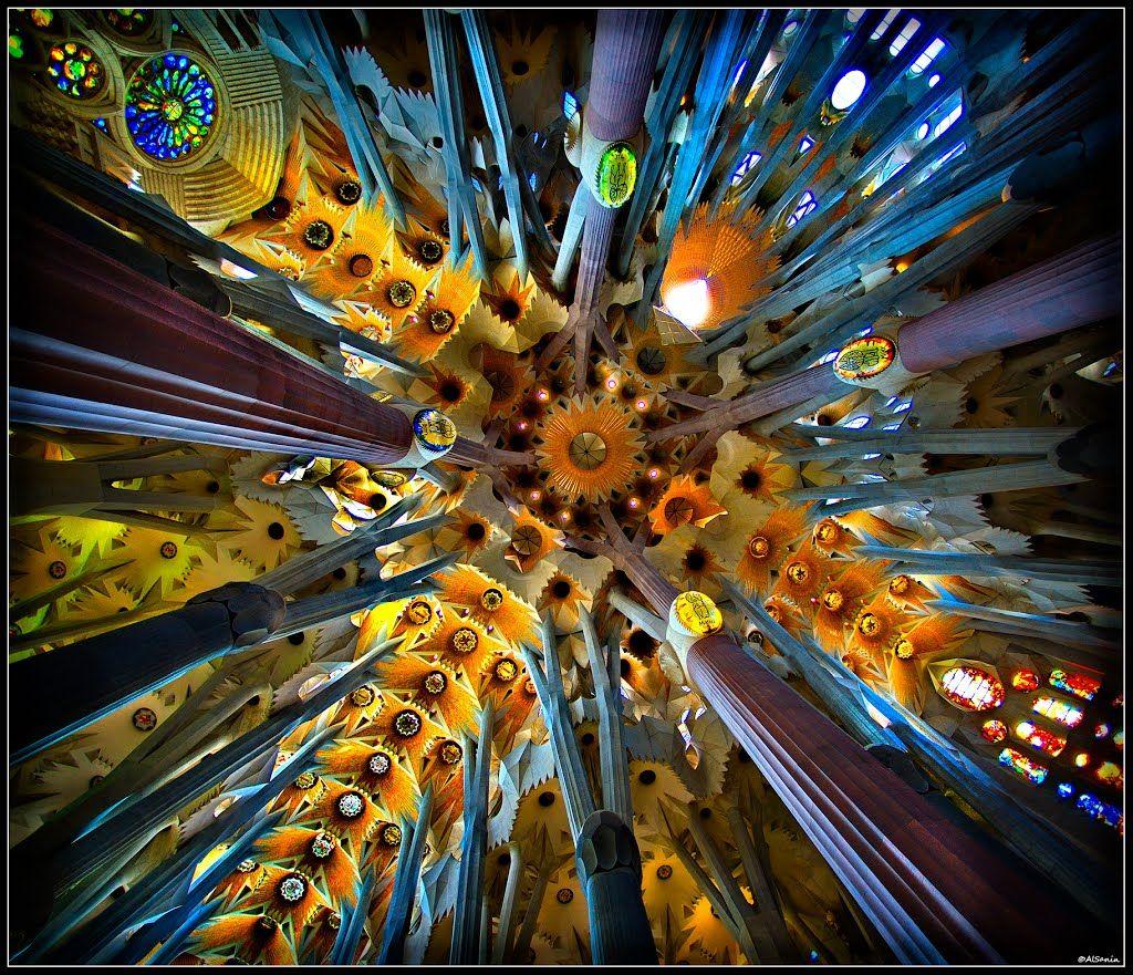 La sagrada familia basilica by antonio gaud interior for La sagrada familia inside