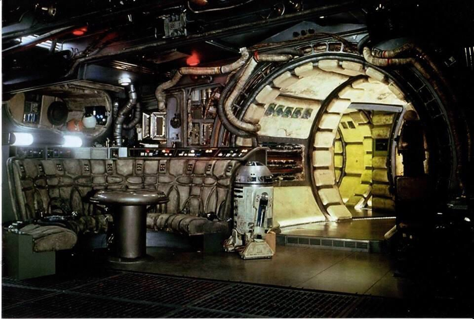 Millennium falcon interior star wars pinterest for Interior halcon milenario