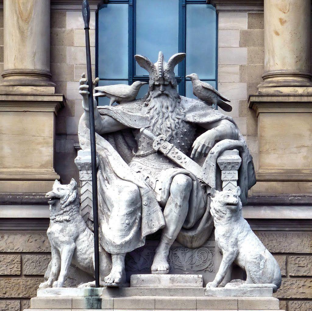 Das Wotan-Denkmal in Hannover wurde 1888 von Wilhelm Engelhard geschaffen. Es zeigt den Germanischen Gott-Vater auf seinem Thron mit den Raben Hugin und Munin (Gedanke und Erinnerung) und den Wölfen Geri und Freki.  https://de.wikipedia.org/wiki/Wilhelm_Engelhard
