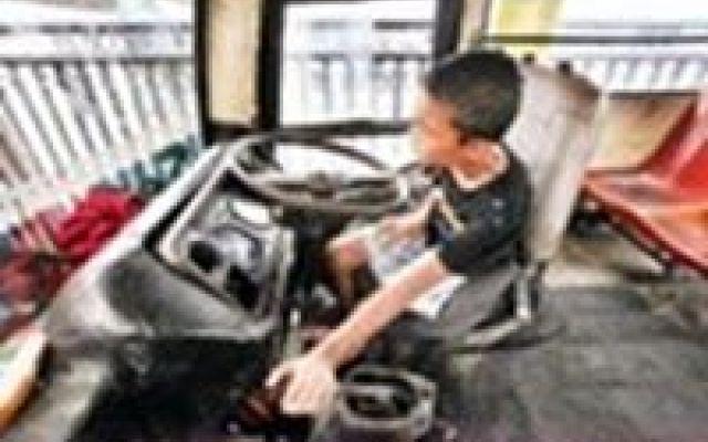 In Jakarta minorenni alla guida di metropolitana e servizi pubblici #jakarta #servizipubblici #metropolitana