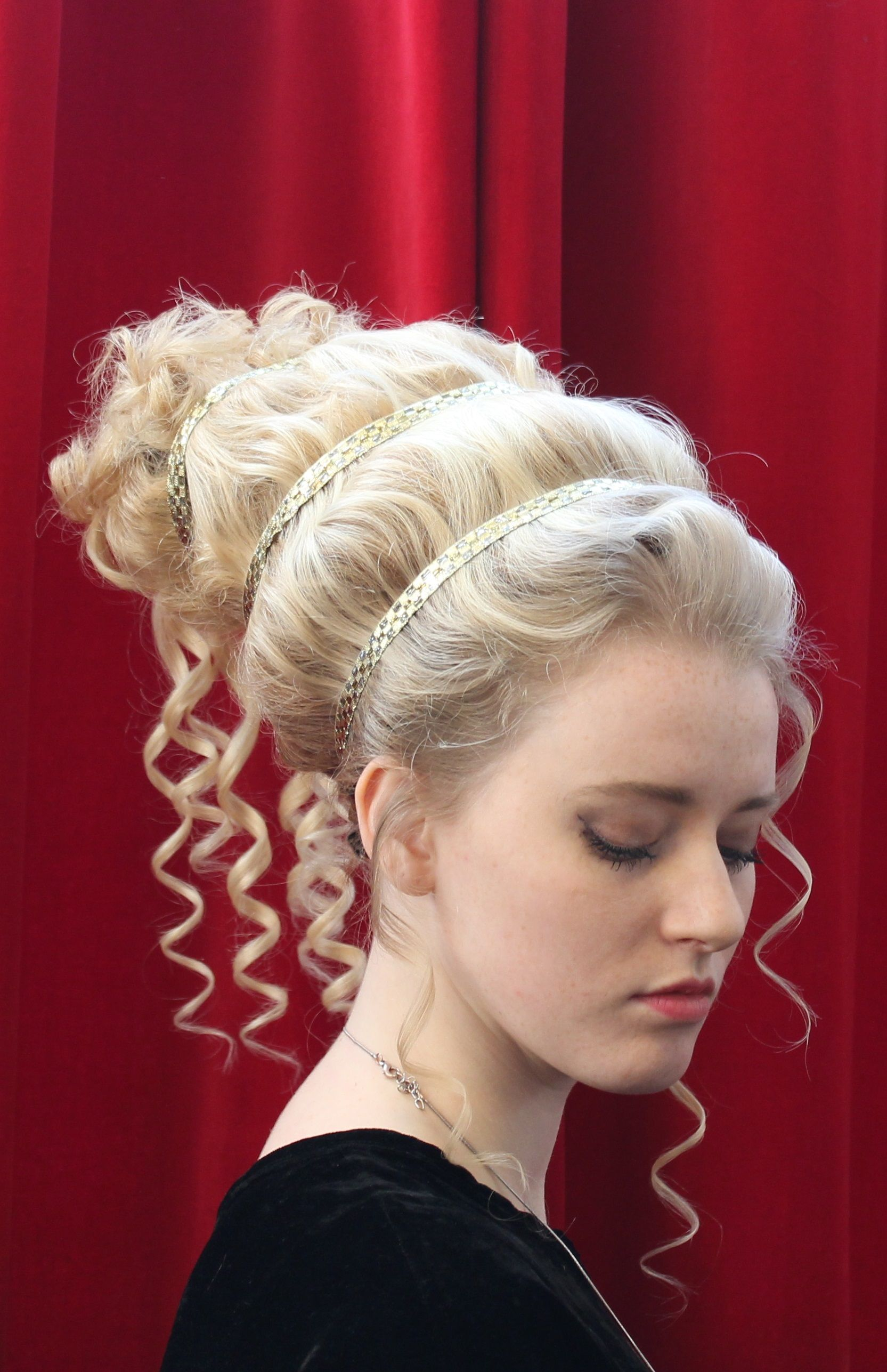 Coiffure D Epoque Grece Antique Realisee Sur Perruque Et Posee Par Cyrielle Biziere A L Atelier Du Historical Hairstyles Medieval Hairstyles Grecian Hairstyles