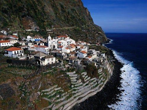 Белоснежный городок Кальета на острове Мадейра, Португалия.