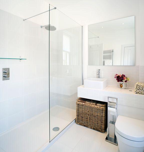 Petite salle de bains moderne avec grand miroir et paroi de douche transparente.   34 Id�es De Petites Salles de Bains : http://www.homelisty.com/petite-salle-de-bain-34-photos-idees-inspirations/