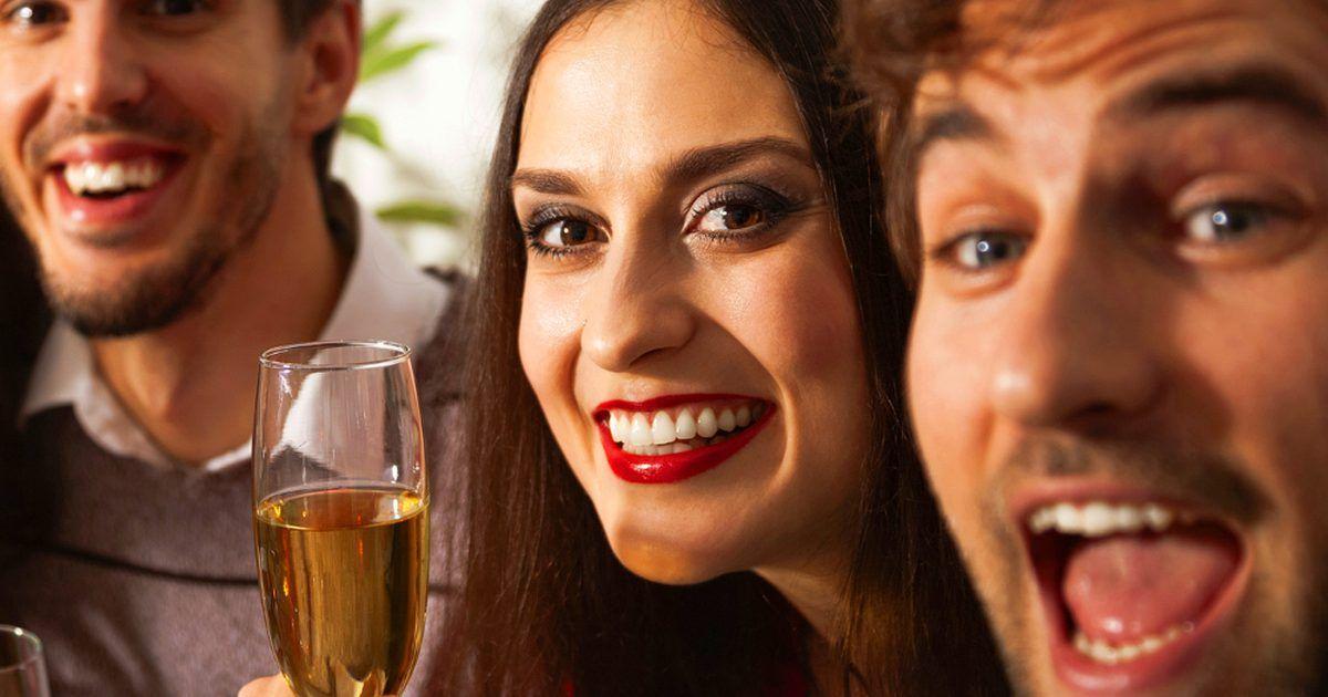 Faça a festa de Ano Novo em sua casa. Quem não gosta de celebrar o Ano Novo com amigos e familiares? A comida, a diversão, a contagem regressiva - tudo isso termina em uma grande festa. No entanto, às vezes, nós não queremos sair na véspera do Ano Novo. Então, por que não dar uma festa de alto nível em casa? Tony Conway, CEO da empresa A Legendary ...