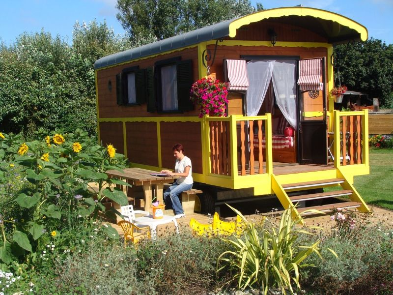les roulottes de campagne a company that rents these tiny houses for vacationers in france. Black Bedroom Furniture Sets. Home Design Ideas