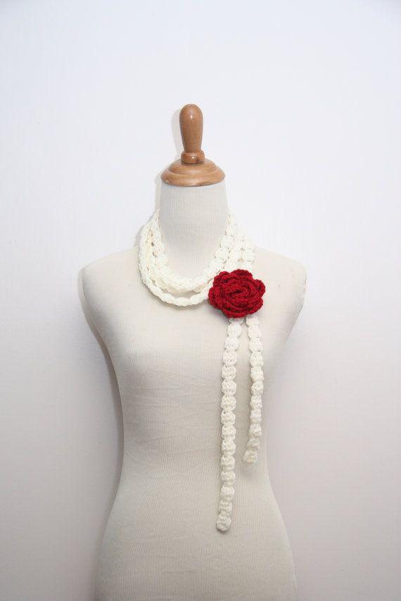 Ganchillo bufanda delgada / collar en crema con rojo rosa broche de ...