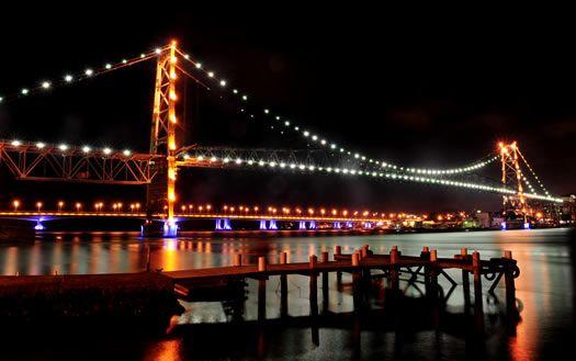 Puente Hercilio Luz, un símbolo de la ciudad Florianópolis, que conecta la isla con la zona continental.