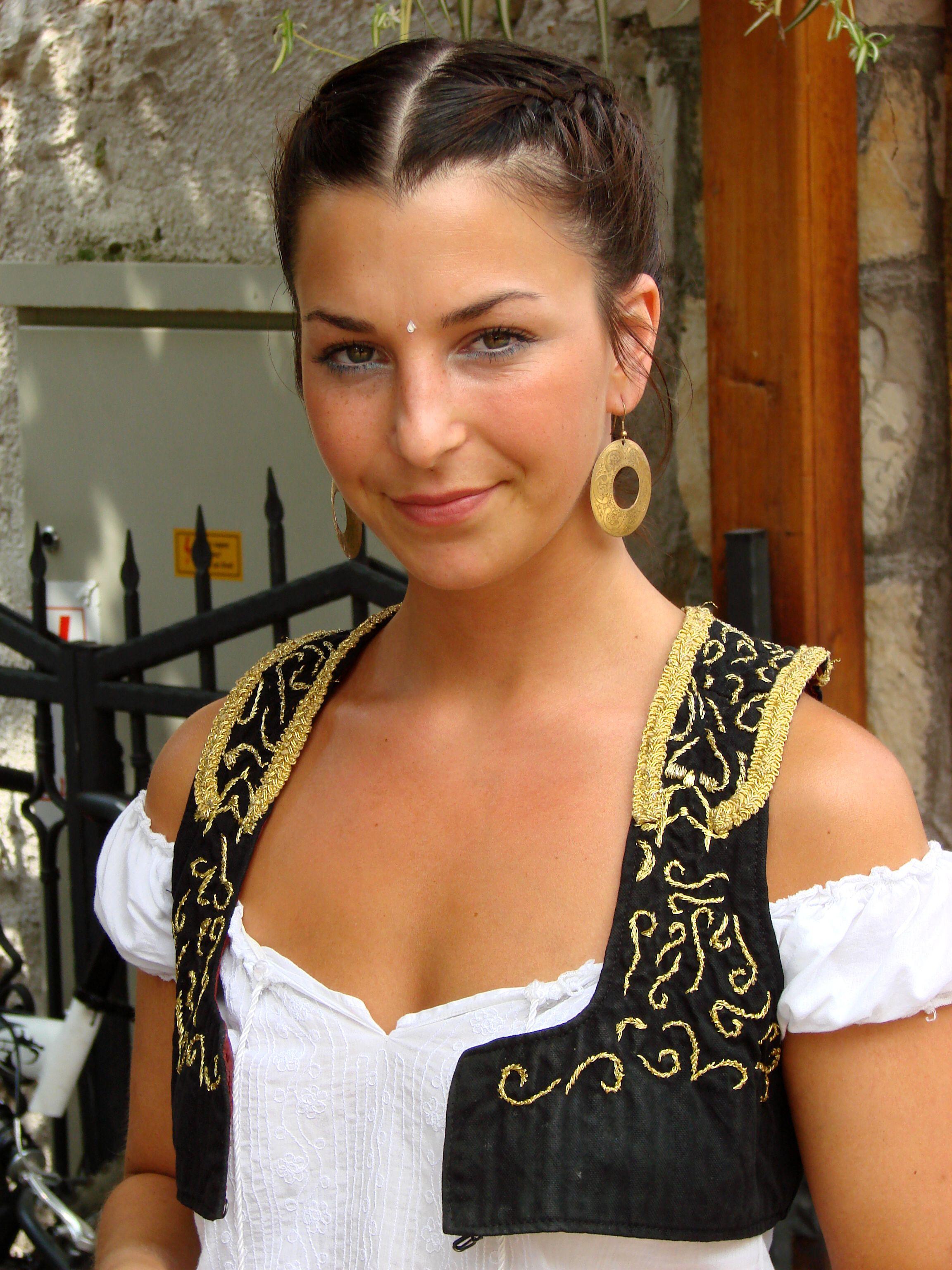 Sorry, Bosnia and herzegovina girls shoulders down