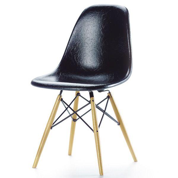 Fiberglass Chair schwarz S-Schale (»side chair«)  Designer: Charles & Ray Eames, 1950, 129€ Hersteller: Vitra