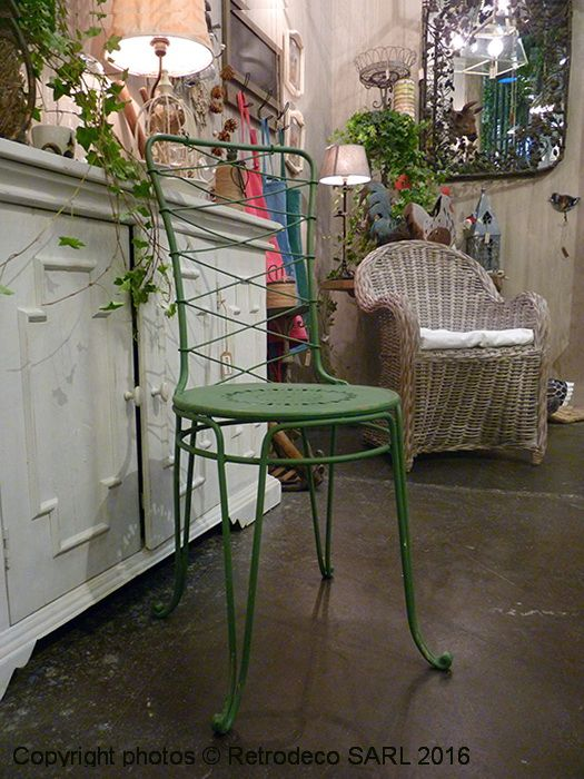 Cette chaise Gaultier en métal patine verte avec son dossier assez haut sera idéale à l'extérieur au jardin ou à l'intérieur dans une véranda par exemple. Une création pleine de charme signé Chehoma.