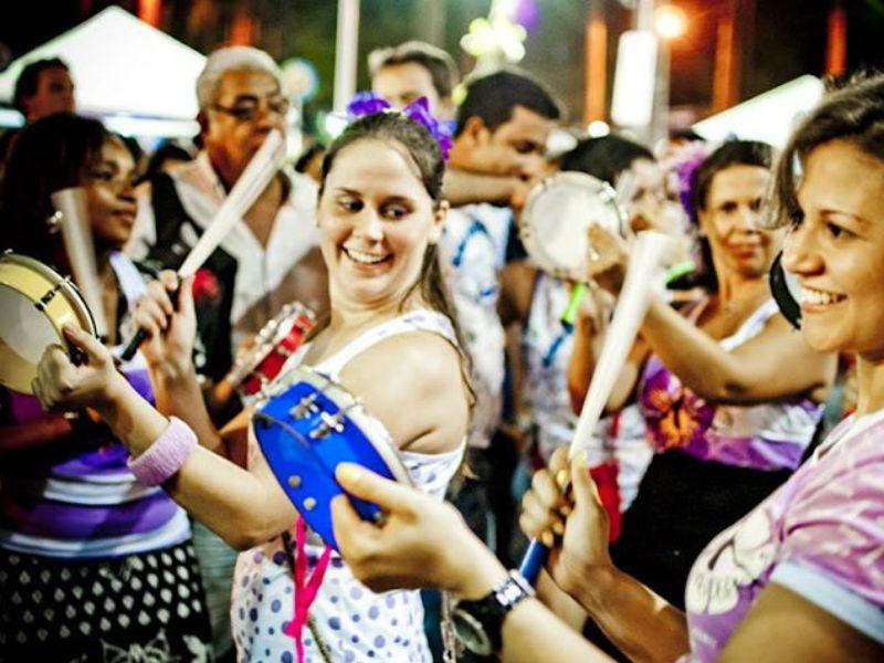 Grupo Sambadeiras faz ensaio aberto a partir das 14h, na praça do Fortim, a programação segue até as 21h no Fábrica Bar.