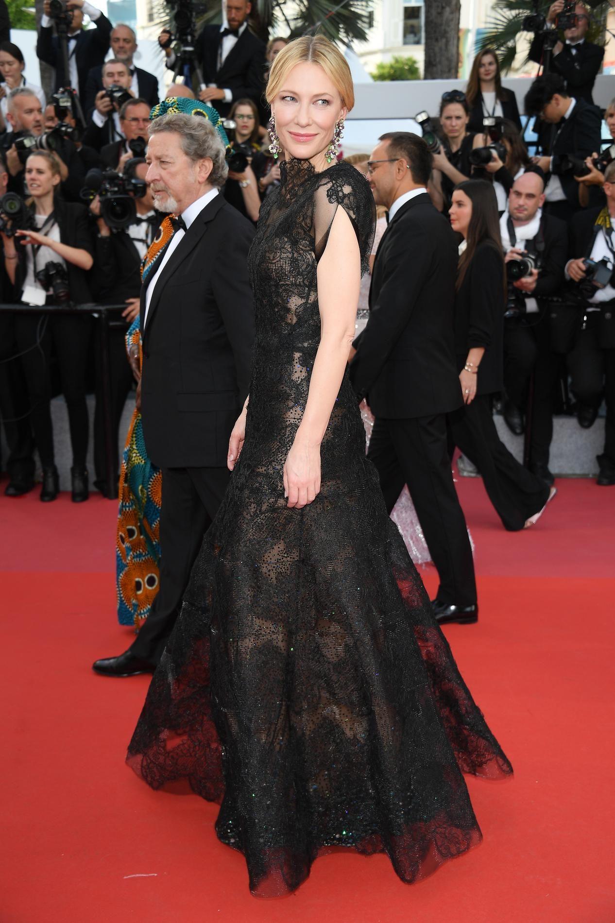 4c7e2ddfb23 Le problème de bretelles de Penélope Cruz pour l ouverture du Festival de  Cannes - Madame Figaro