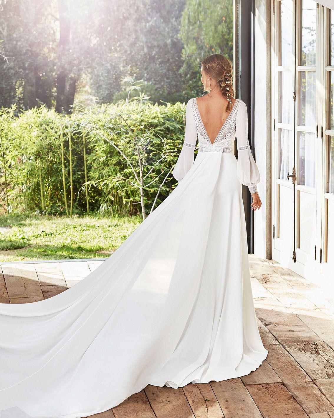Brautkleid Caimad Schmales Boho Brautkleid Und Schleppe Aus Elastischem Crepe V Ausschni In 2020 Blake Lively Wedding Dress Wedding Dresses Wedding Dress Long Sleeve