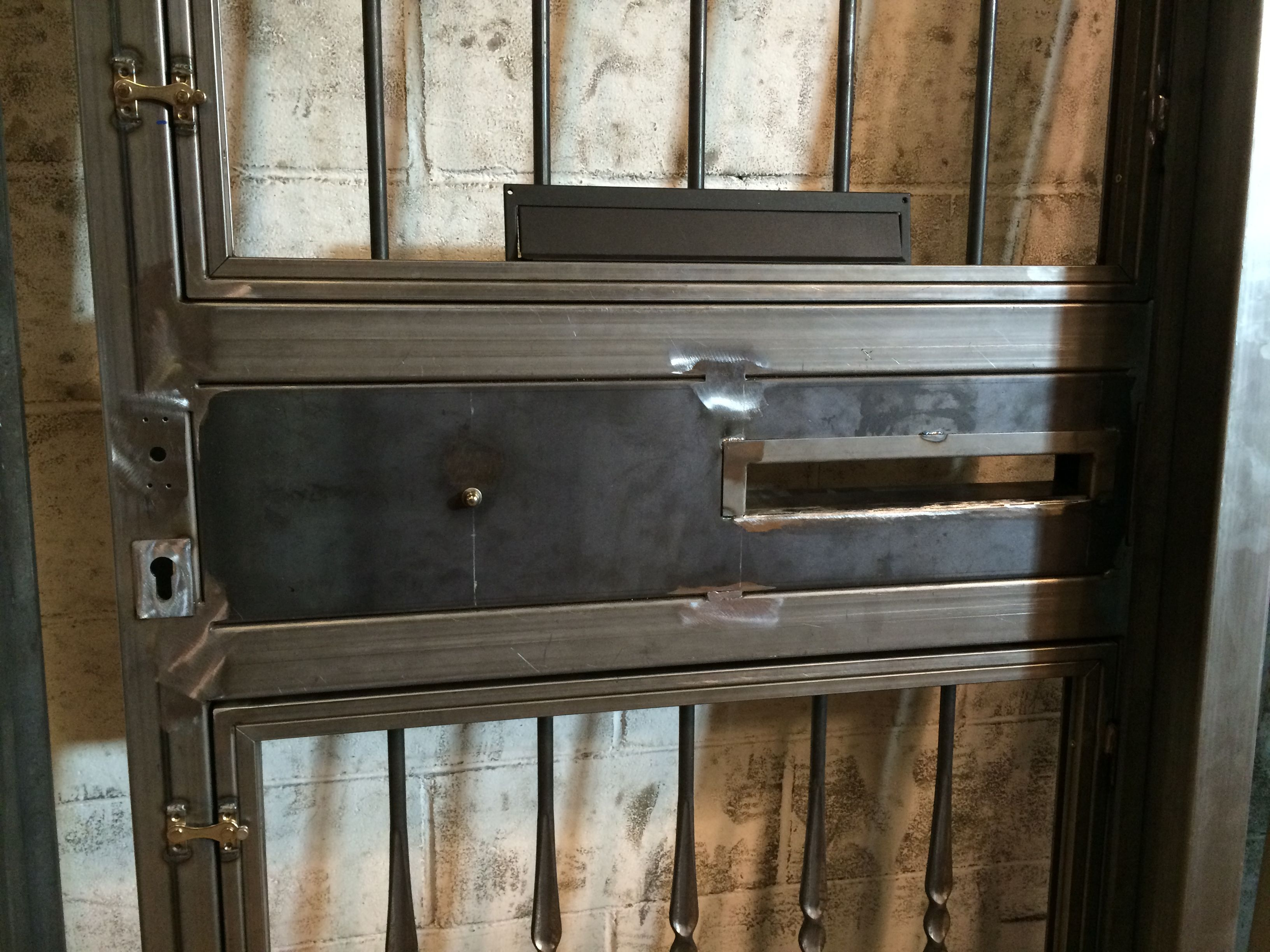 Detalle de puerta para vivienda particular, preparada para pintar, detalle de buzón y apertura de hojas superior e inferior para limpiar los cristales