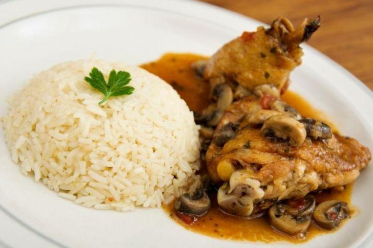 Rico pollo con champiñones que puedes preparar en menos de 30 minutos