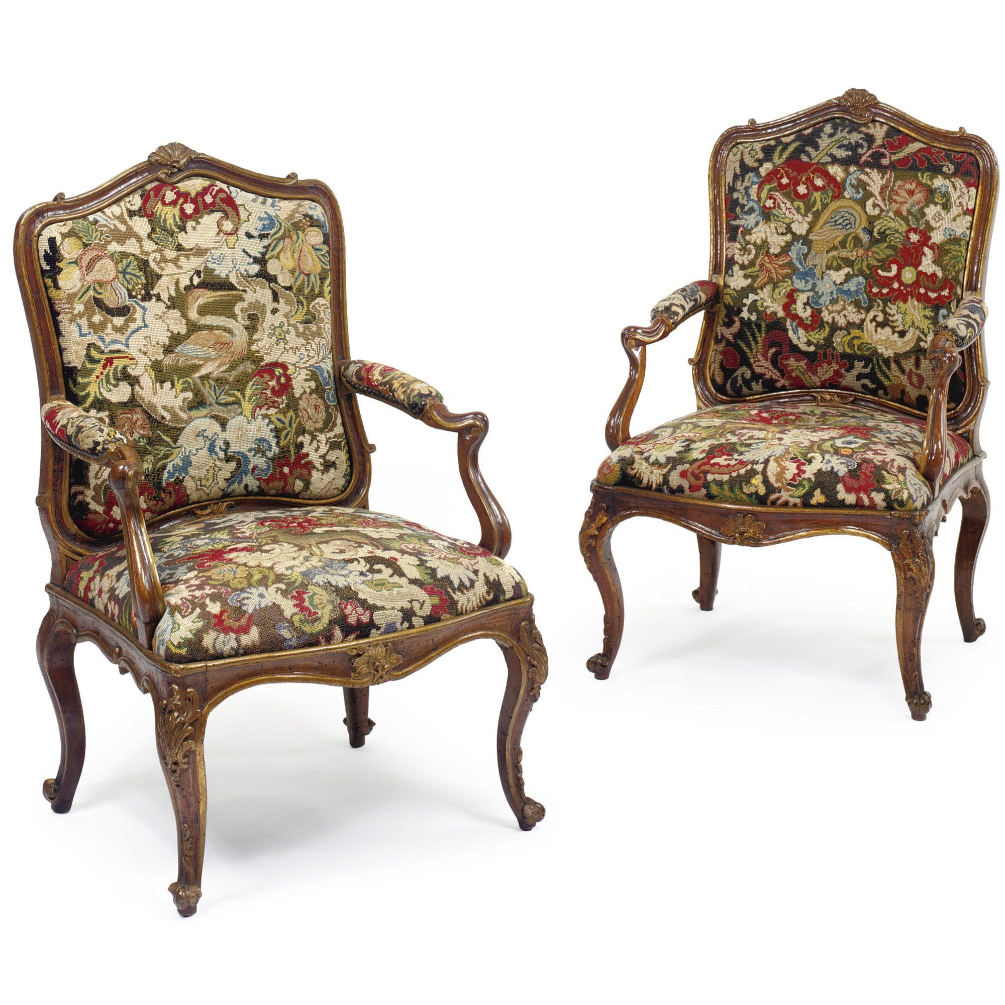 Un par de sillones de nogal tallado italiano del rococó parcela ...