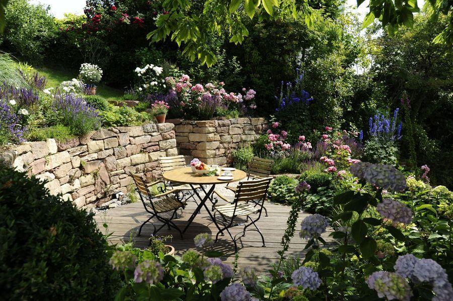 Landlich Romantischer Sitzplatz Im Bauerngarten Gartengestaltung Bauerngarten Garten
