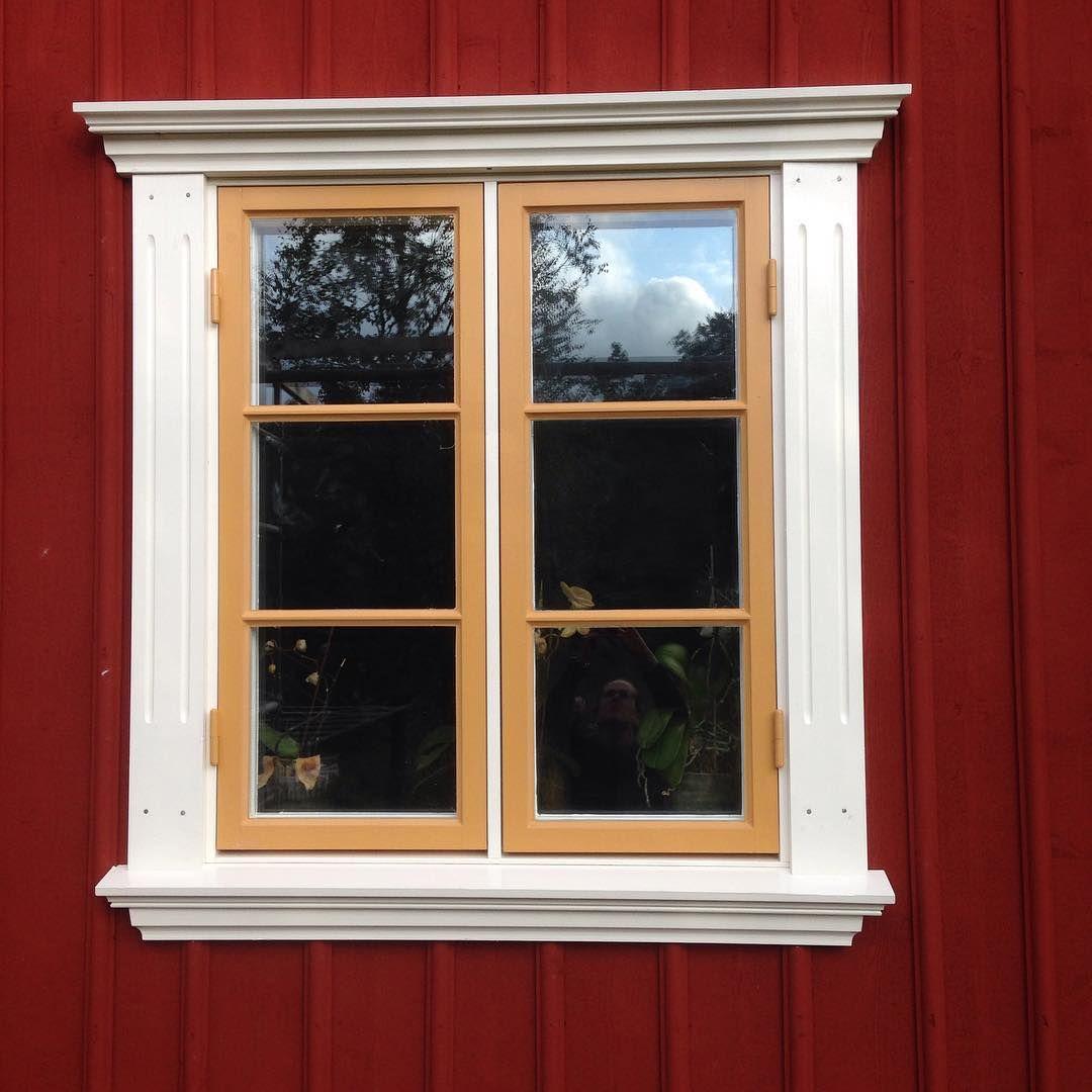 Rebeckaq On Instagram Vart Forsta Fonster Fardigt Linoljefarg Guldockra Kittvit Falurodfarg Bygg In 2020 House Outside Design Red Roof House House Front Design