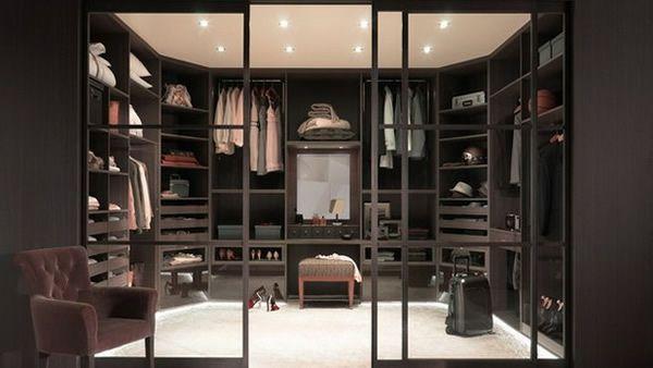 Unique den kleiderschrank intelligent organisieren ovale Form und dunkles Holz
