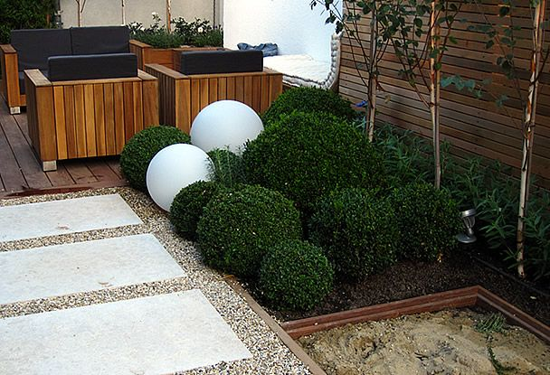 Moderner Garten Kleingarten Holzdeck Steinplatten Lavendelpflanzen - moderner vorgarten mit kies