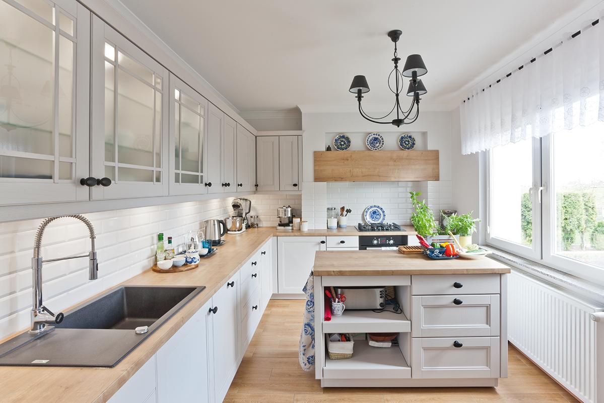 Kuchnia W Stylu Rustykalnym Hager Home Kitchen Remodel Small Farmhouse Kitchen Decor Kitchen Remodel