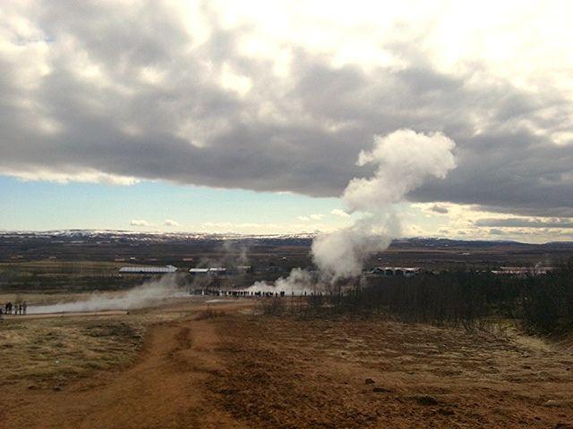 Iceland - Il fumo emesso da Geysir si disperde lentamente nel vento | da Lorenzo Sturiale