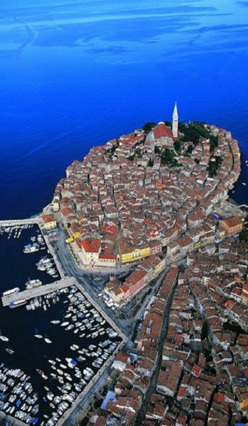 Rovinj, Croatia. Astrogeographic position: the old town is öocated on a peninsula in the self protective, defensive earth sign Virgo the sign of precaution and reason and the main indicator for harbours. 2nd coordinate is in theair sign Gemini the sign of road crossings, intelligence and cleverness. Valid for field level 3.