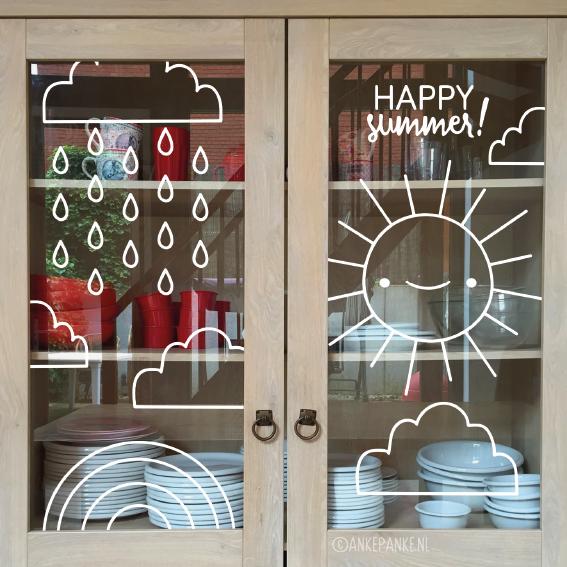 Weer of geen weer, de zomer moet gevierd worden! Teken deze lieve zon, wolk en regenboog #raamtekening op je raam en wedden dat je er meteen vrolijker van wordt?