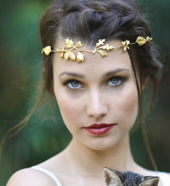 This super flexible pinecone tiara is made out of a bendable thin and delicate metal wire, decorated all along with pinecones, leafs and pearls, all