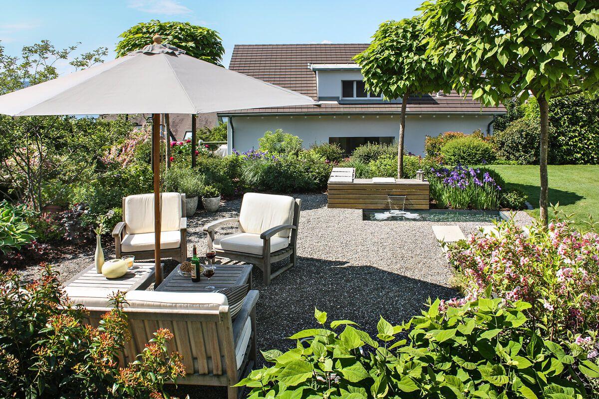 lebendige staudenbepflanzung mit gr sern und ein wasserspiel das auch eine sitzgelegenheit ist. Black Bedroom Furniture Sets. Home Design Ideas