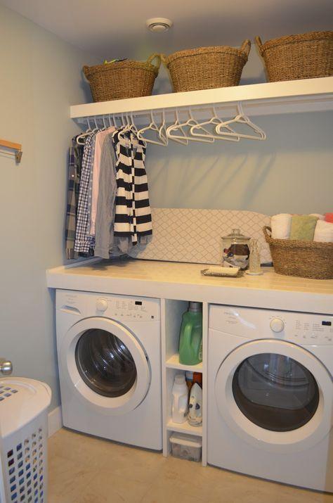 Photo of Schöne Waschküche. Regal, um etwas zu falten, Waschmittel verstaut und aufgehängt …