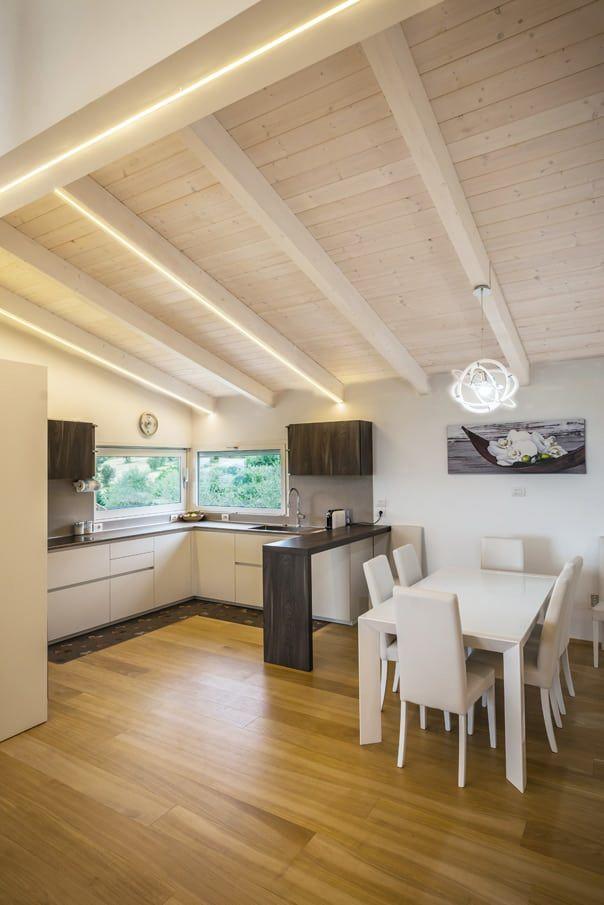 Casa in legno perugia sala da pranzo in stile di for Case pitturate interni foto