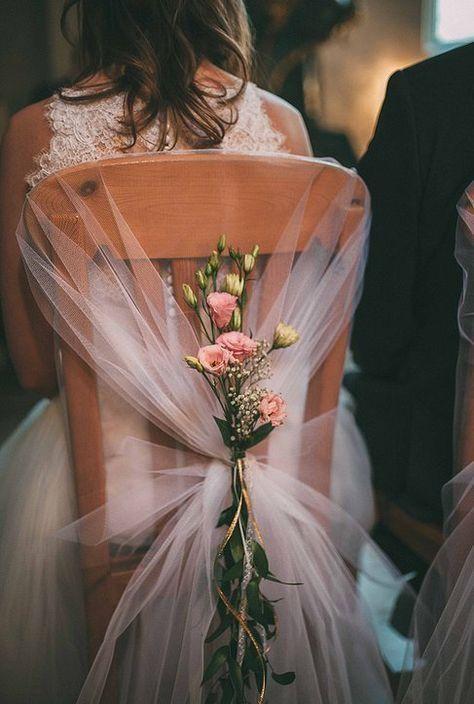Cadeira da noiva decorada com tule e flores