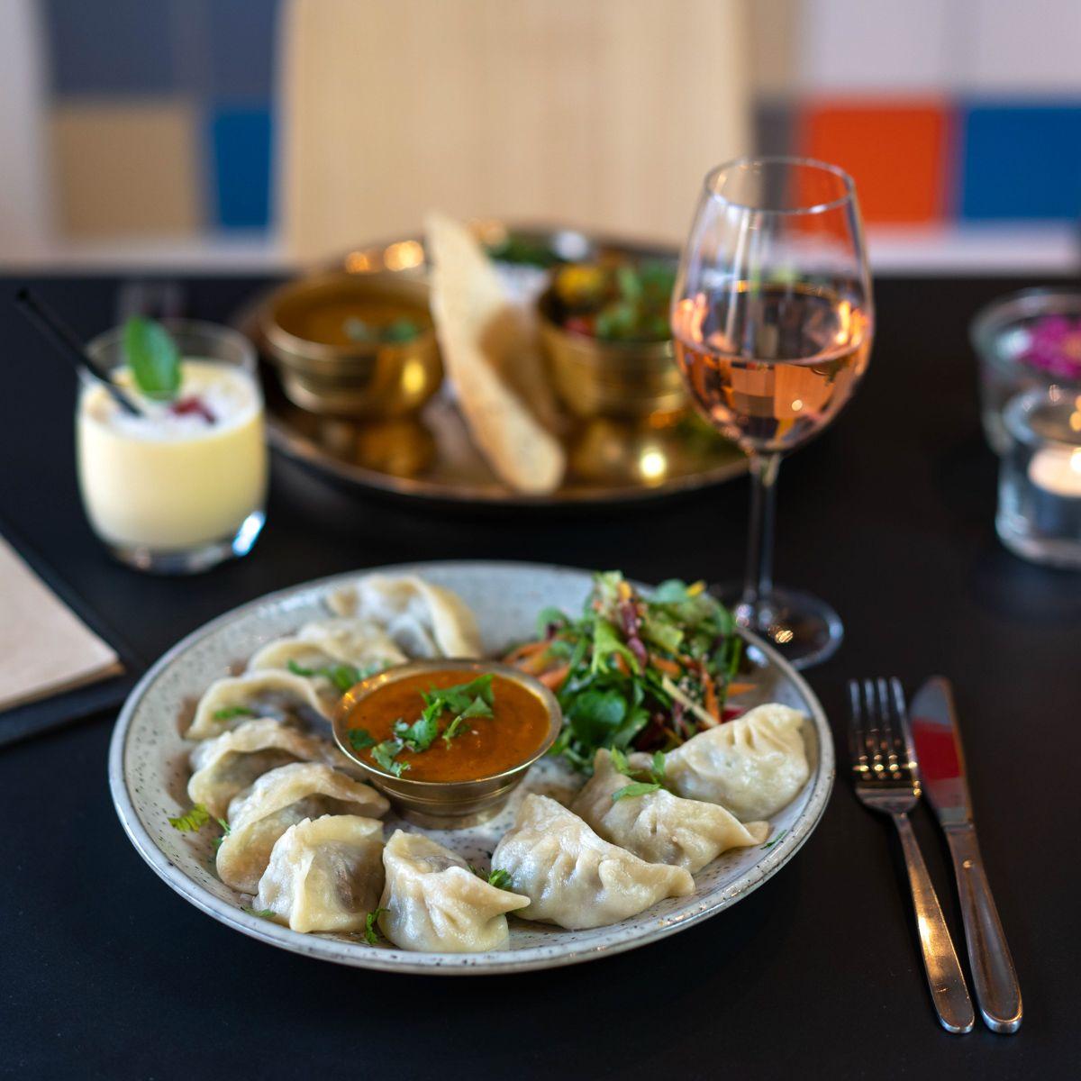 Holy Everest Kuche Vom Dach Der Welt In 2020 Berlin Essen Essen Lebensmittel Essen