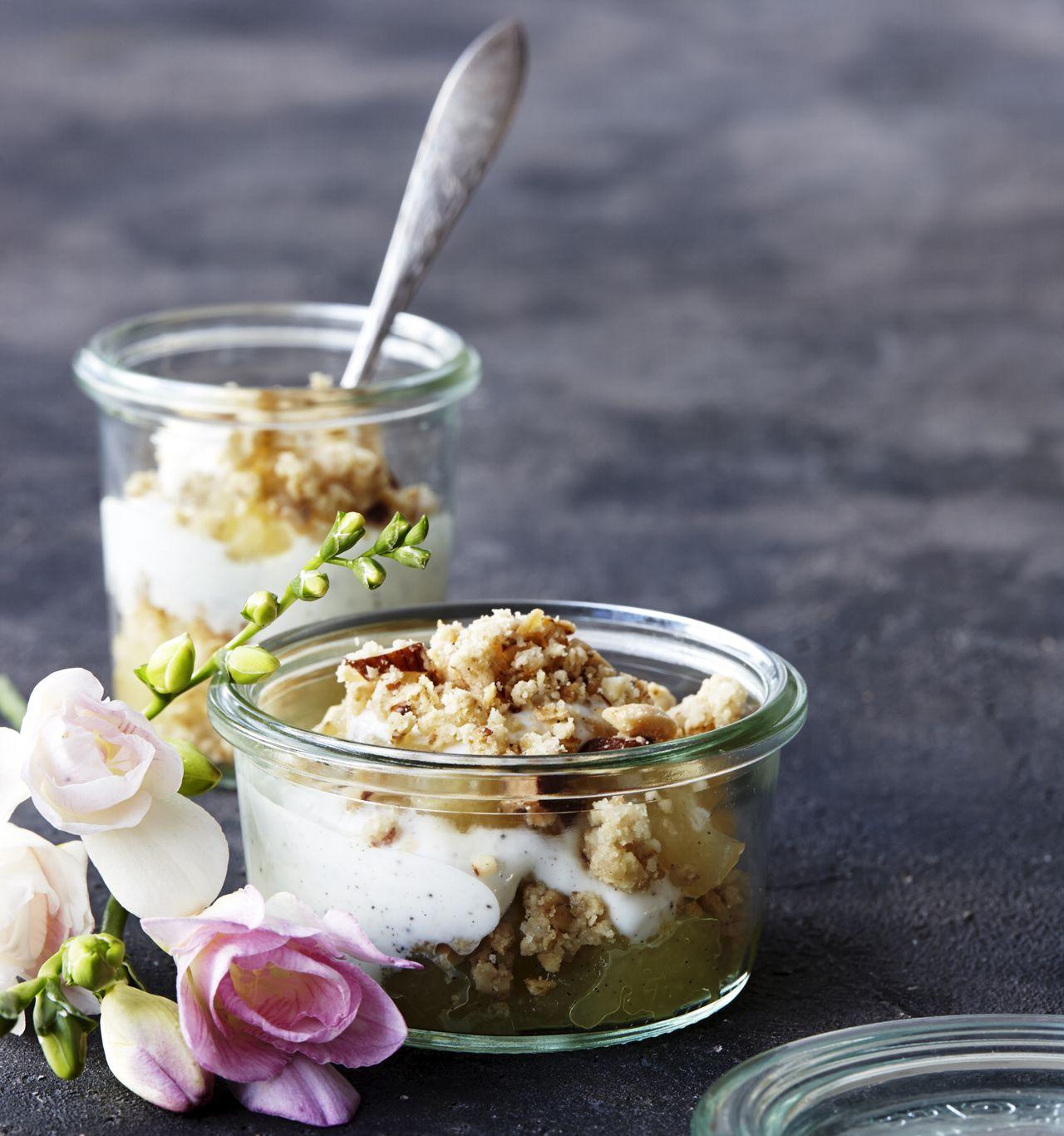 Æblekage med kanel, marcipan og en lækker crumble er en skråsikker favorit på kaffebordet. Her ...