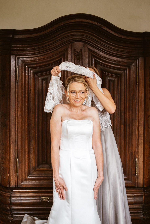 Einen Schleier Fur Die Frohliche Braut Schleier Braut Brautkleid Hochzeit Hochzeit Kleid Hochzeit Hochzeitsfotograf