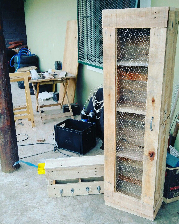 Despensero de madera reciclada de pallets con alambre de for Puertas de madera reciclada