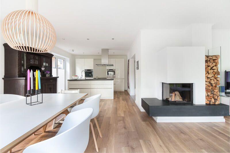 Offene Wohnlandschaft modern mit Küche, Esstisch, Wohnzimmer  Kamin