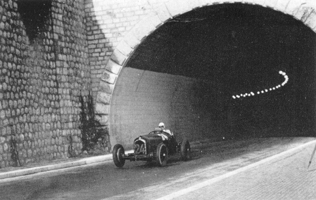Gran Premio di Monaco 1934, all'uscita del tunnel è Achille Varzi su Alfa P3 della Scuderia Ferrari.