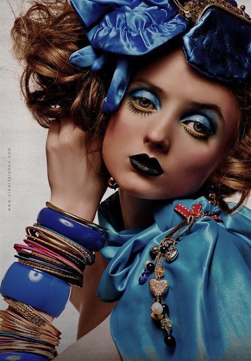 """Schwarzer Lippenstift mit """"Dolly"""" -Make-up aus Gold und blauem Auge sowie falschem …   – Eye Makeup"""