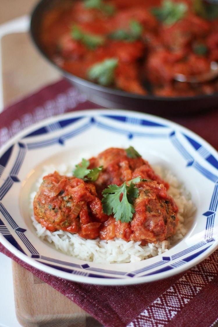 Boulettes de Poisson, sauce tomate épicée aux herbes | www.theflyingflour.com