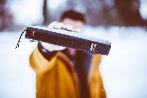 Daarop zei Jezus tegen hem: 'Ga weg, Satan! Want er staat geschreven: 'Aanbid de Heer, uw God, vereer alleen Hem.' Matteüs 4:10