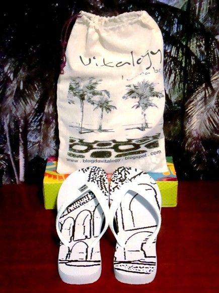 Agora, levando as Havaianas da Vitalogy, você ganha uma linda bolsa de brinde!! Ótima opção para guardar seus acessórios e o que mais desejar, seja onde for. Nela, a beleza de uma das mais charmosas orlas do nosso país, a praia do Leblon. R$30,00