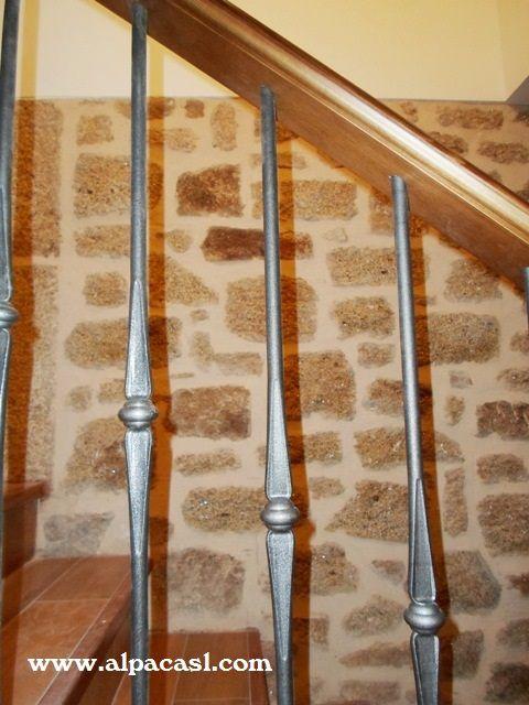Barandilla de forja con pasamanos, zapata y pilastras en madera ...