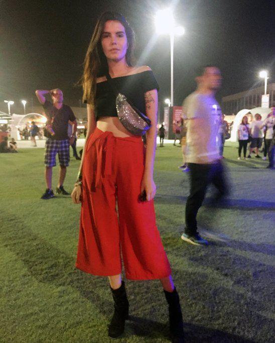f8f2b0bf2 A pochete se fez presente no Rock In Rio! A pantacourt vermelha e o cropped  preto ficaram muito mais cool com a pochete de glitter.