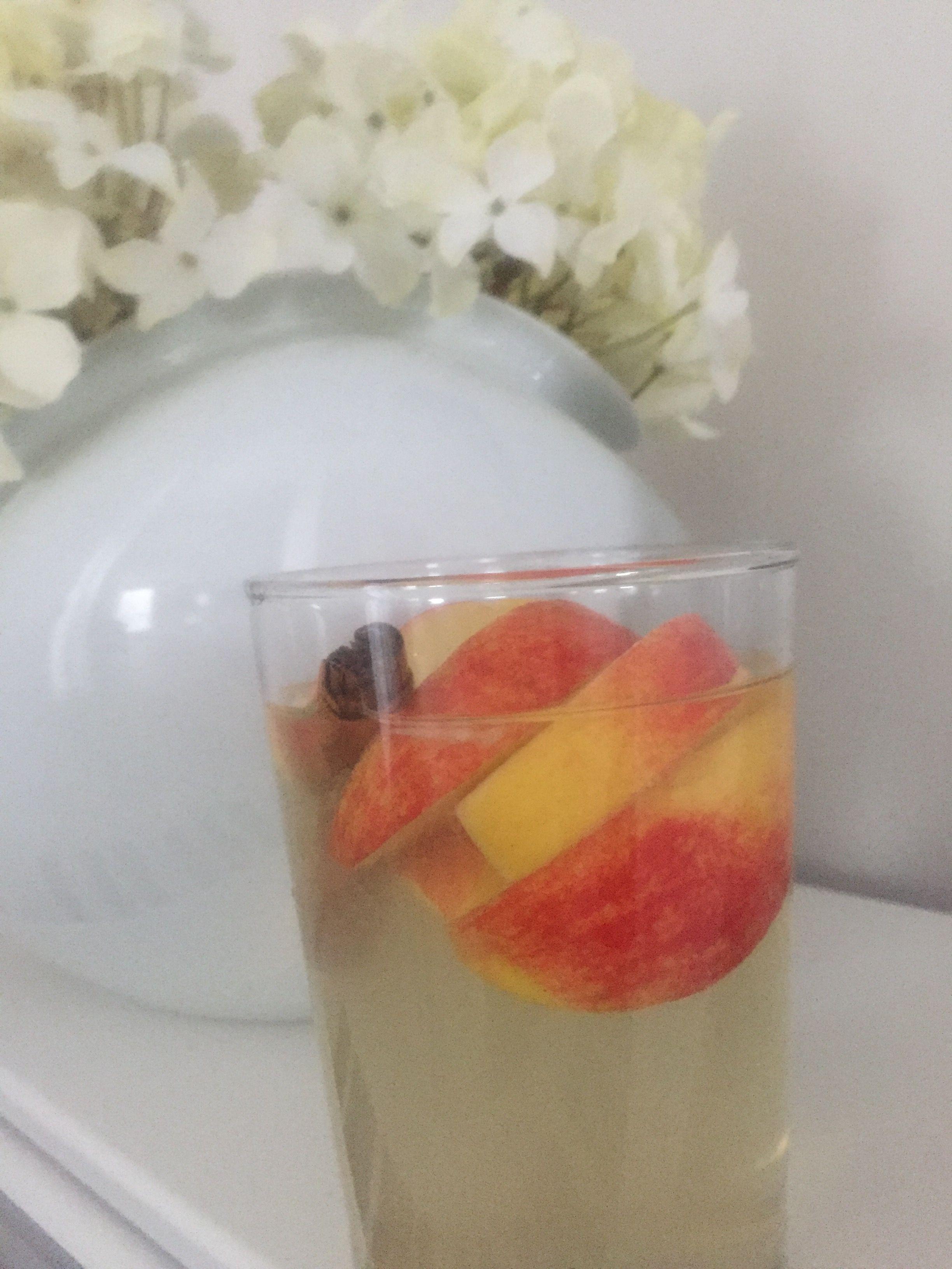 Jetzt schlank werden durch ein Supergetränk: 350ml Wasser   1 Tl frischen Zitronensaft  1-2El Apfelessig  1Tl Zimt   1/2 Tl Honig   Und die Scheiben eines halben Apfels     kurz stehen lassen für 10-15 min und es ist fertig ✅